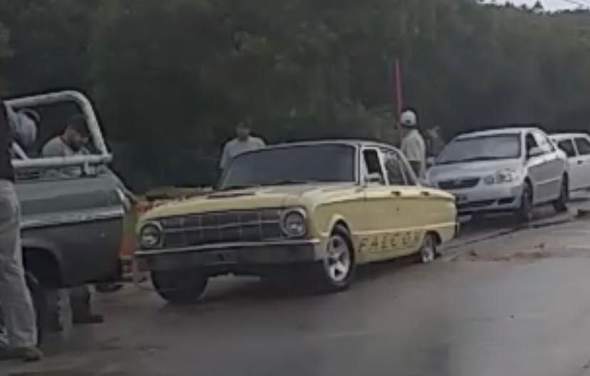 Se lo tragó la tierra: auto quedó varado en una zanja en República del Líbano y Güemes (video)