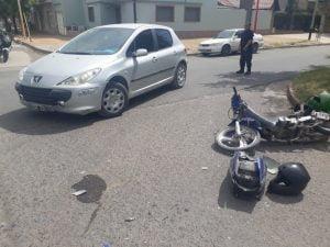 Motociclista hospitalizada tras choque con un auto