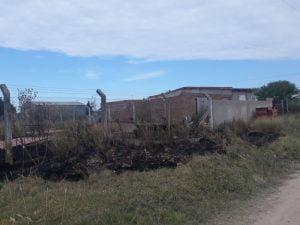 Vecina denuncia que tres personas incendiaron intencionalmente el patio lindero a su casa