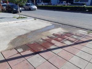 Vecinos reclaman por una pérdida de agua en San Martín al 800