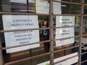 Atención restringida: cómo se las arreglan en bancos y oficinas públicas