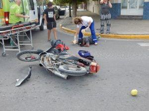Motociclista herido tras chocar con auto