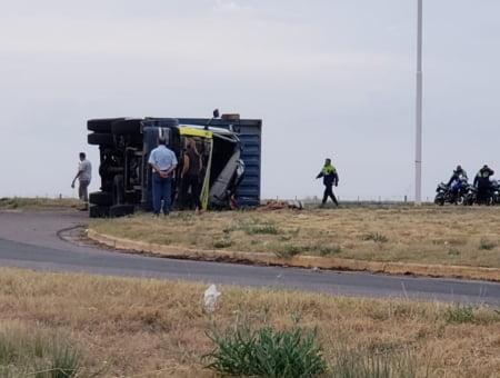 Retiran un camión volcado en la Ruta 3