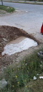 Obras Sanitarias repara caño roto en Rivadavia al 1400