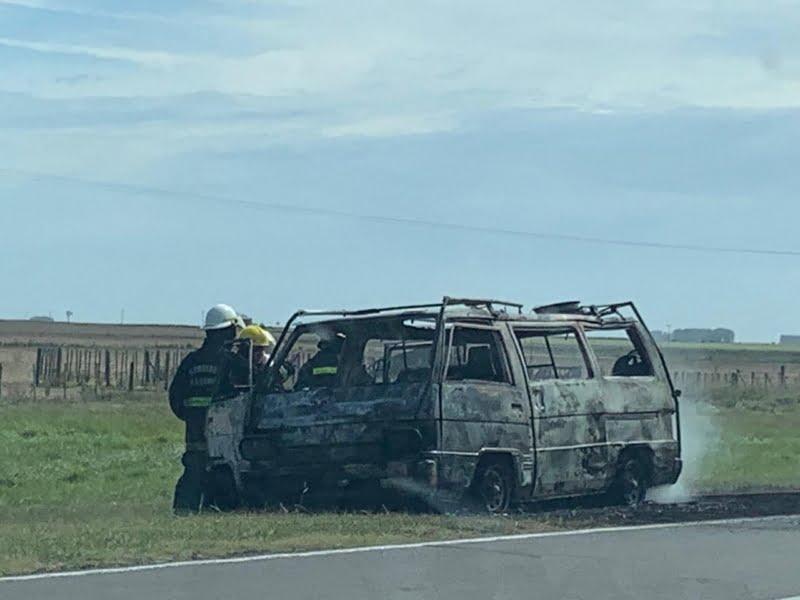 Vehículo destruido por el fuego cuando circulaba entre Chaves y Juárez