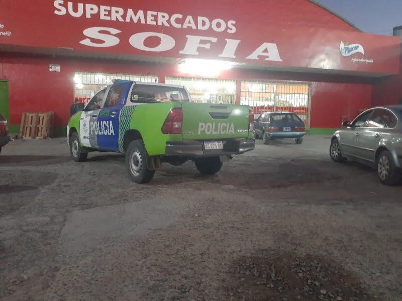 Coronavirus: la policía controla que se cumplan las medidas preventivas en supermercados