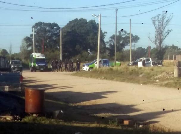 Cuarentena violenta: policías fueron atacados a piedrazos mientras identificaban personas