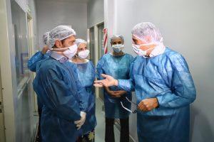 Kicillof visitó el Instituto Biológico provincial que duplicó la producción de alcohol en gel