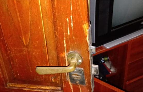 Mientras estaba con su madre a quien le habían robado, delincuentes violentaban su casa