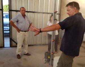 Rolando Fernández inventó un pulverizador que desinfecta al personal de salud con sólo pisarlo