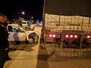 Auto se incrustó contra un camión estacionado: daños materiales
