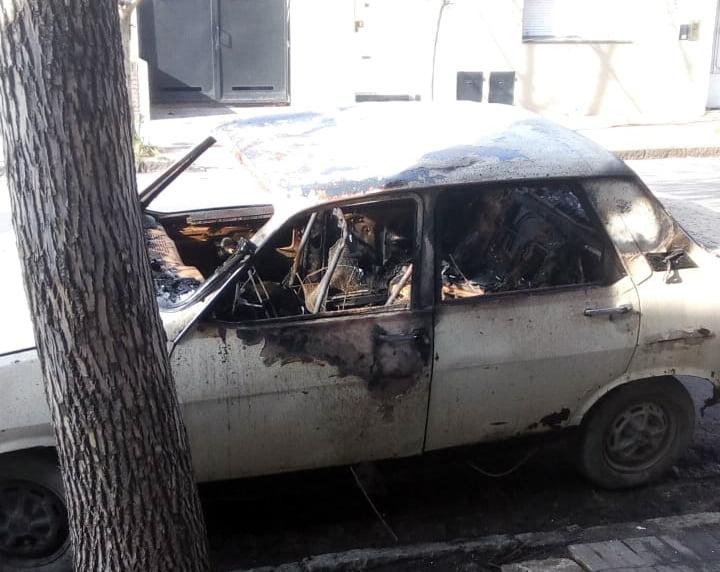 Le quemaron el auto: lo acusan de robar planta de marihuana, algo que negó cometer