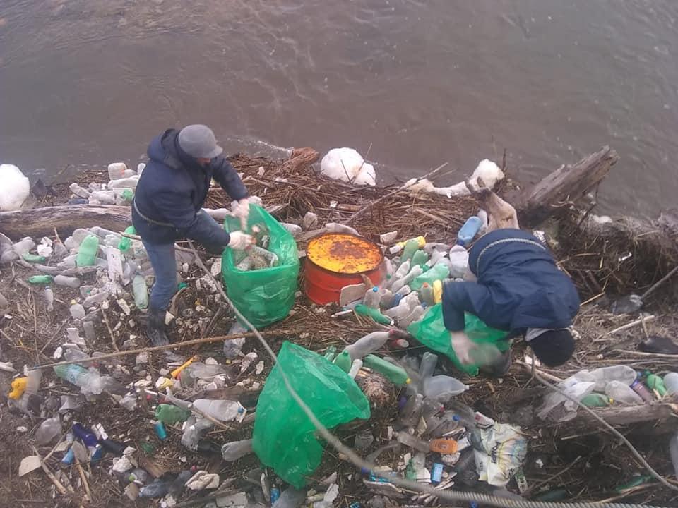 Claromecó: trabajos de limpieza en los puentes Peatonal y Gallegos