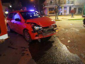 Fuerte choque en Belgrano y Mitre: bomberos rescataron a pasajera de un remis (Video)