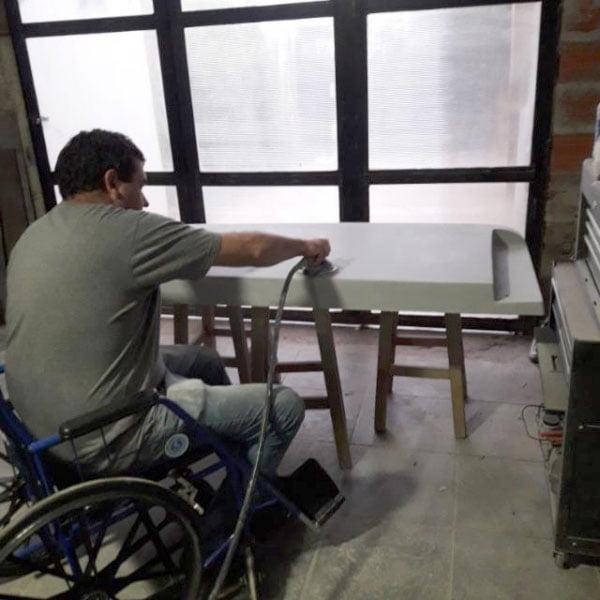 Tiene Necrosis Avascular y vértebras apretadas: pide que IOMA le entregue silla de ruedas