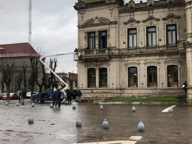 La municipalidad colocó soportes para banderas en el Palacio Comunal