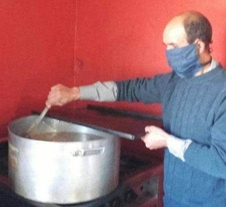 """""""Los Peques"""" entrega 35 viandas a familias del barrio y solicita ropa de abrigo"""