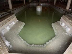 La pileta de un hotel de Carhue se transformó en una pista de sal