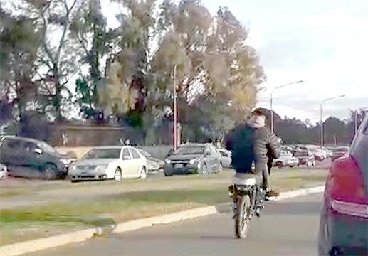 """Camino al Parque repleto. Autos en ambas manos y motos haciendo """"willy"""" y """"picadas"""""""