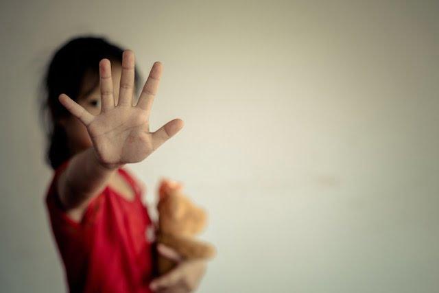 Detuvieron al padrastro de una niña por abuso  y procesarán por abandono a la madre