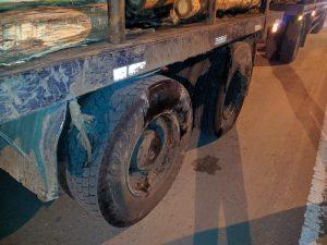Vehículo con su frente destruido al chocar con un camión: no hubo heridos de milagro