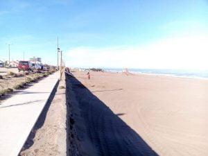 Día luminoso y cálido en Claromecó, hasta con gente en la playa