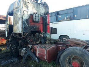 Estiman que habría sido intencional el fuego que destruyó un camión (Video)