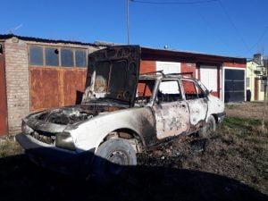 También un auto fue consumido por las llamas