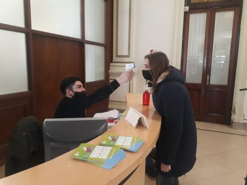 Controlan la temperatura al ingresar al Palacio Municipal
