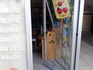 Dañan puerta de vidrio en un kiosco: sustrajeron dinero, un celular y cigarrillos