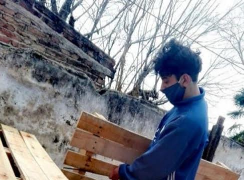 Joven radicado en Córdoba invirtió el dinero del IFE en pallets y  fabrica muebles