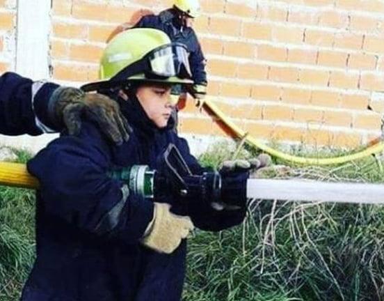 Cadete de cuartel de bomberos de La Plata salvó la vida de una mujer con solo 15 años, practicándole RCP