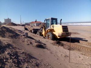 Trabajos para culminar el muro costanero en Claromecó