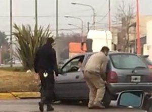 Un vehículo terminó arriba de la rambla en Rivadavia y Caseros (Video)