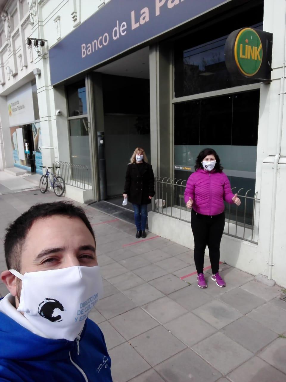 Asistencia sanitaria de la Dirección de Cultura en las puertas de los bancos