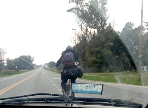 Ciclista durmió a la intemperie, negó que lo ayuden y hoy siguió