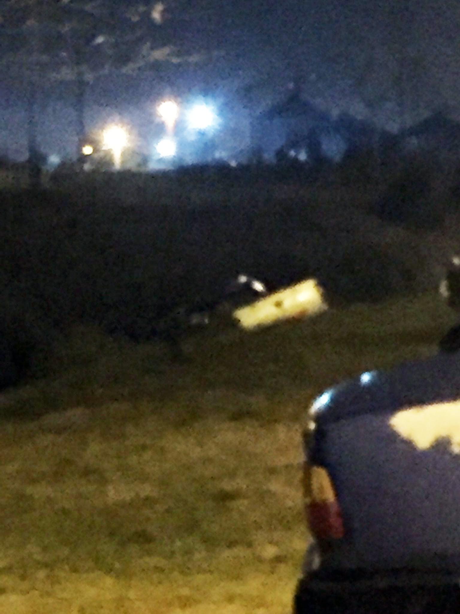 Madrugada accidentada: una camioneta cayó en una zanja en el camino al Parque Cabañas