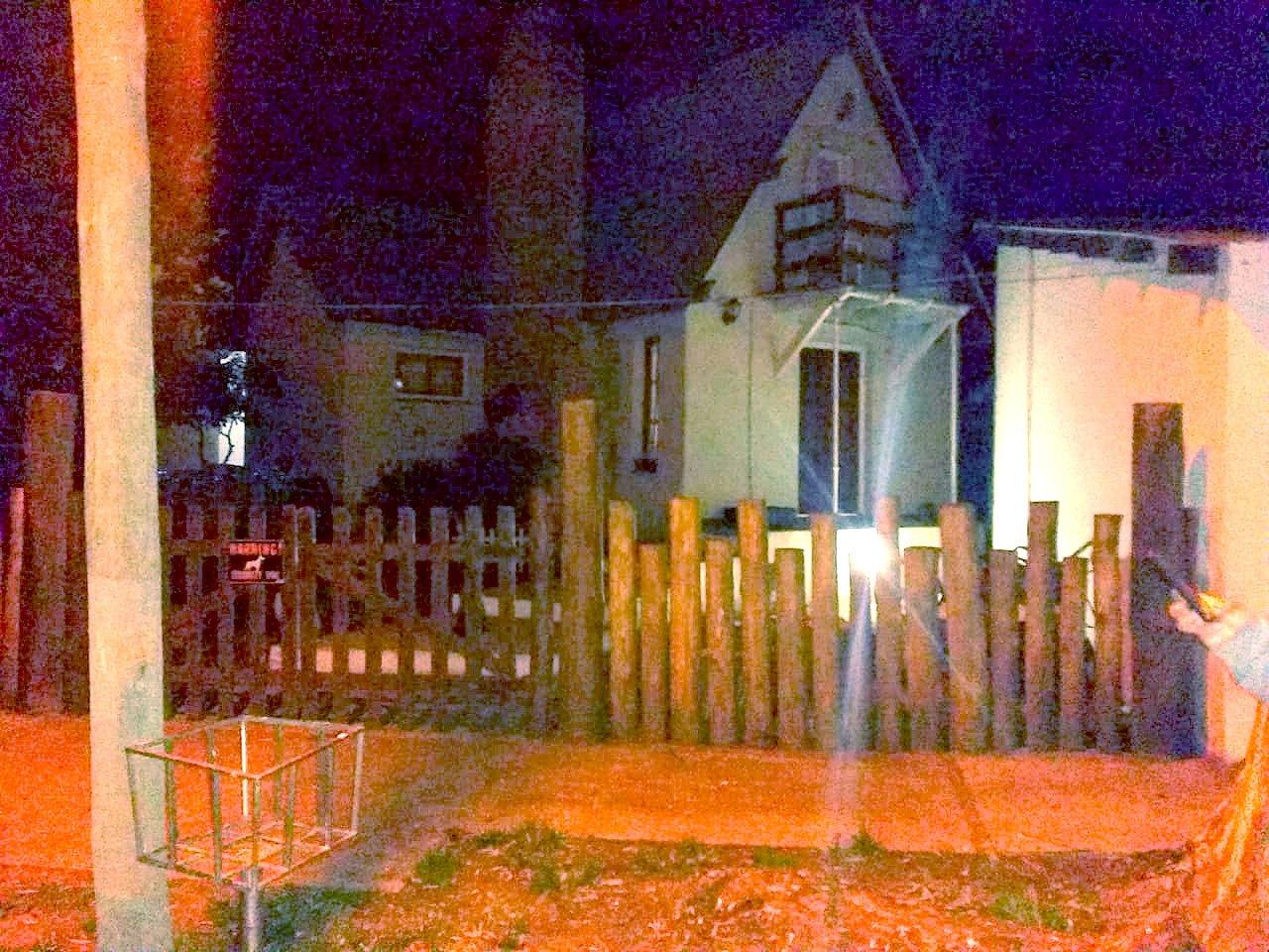 Apedrearon una casa en Reta. El agresor identificado. Hay causa penal