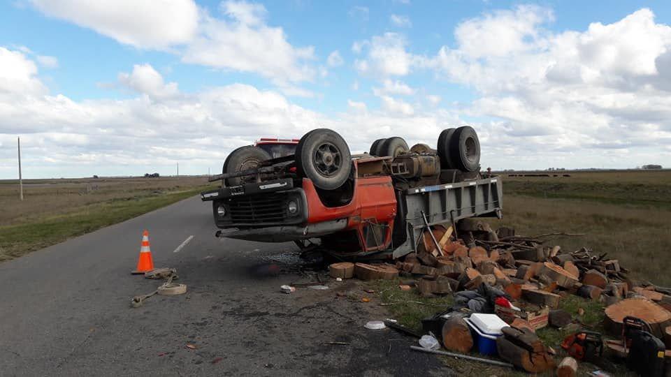 En el acceso a Indio Rico: volcó un camión en el que viajaban tresarroyenses