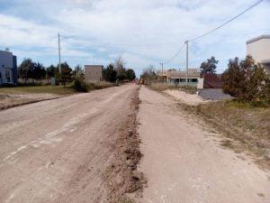 Trabajos de mejorados de calles de tierra en Claromecó (Video)