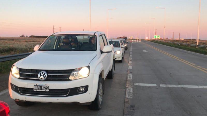 Larga fila de vehículos en el retén de la rotonda de El Pescado