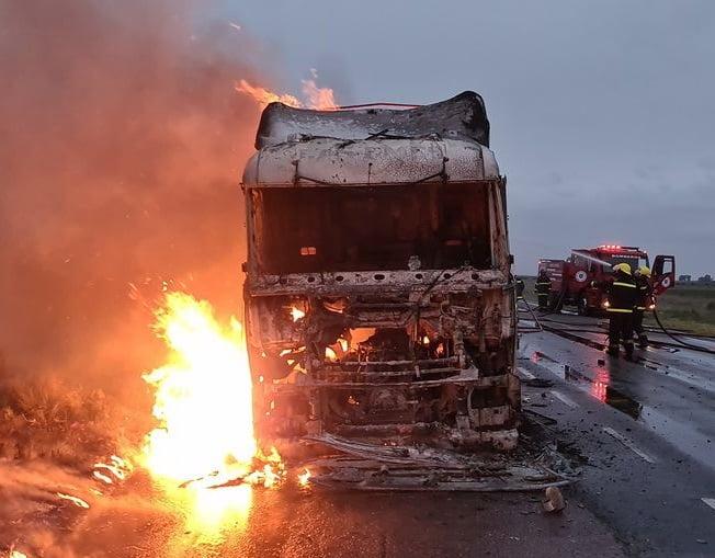 Se incendió por completo un camión en la Ruta 51