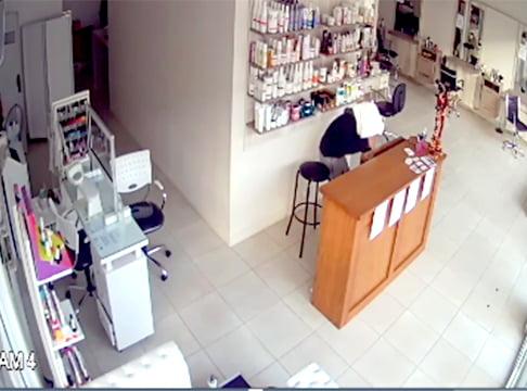 Se cubrió la cabeza y el rostro con una toalla mientras robaba en una peluquería (video)