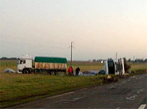 Volcó camión de Tres Arrooyos cerca de Azul. No hubo heridos