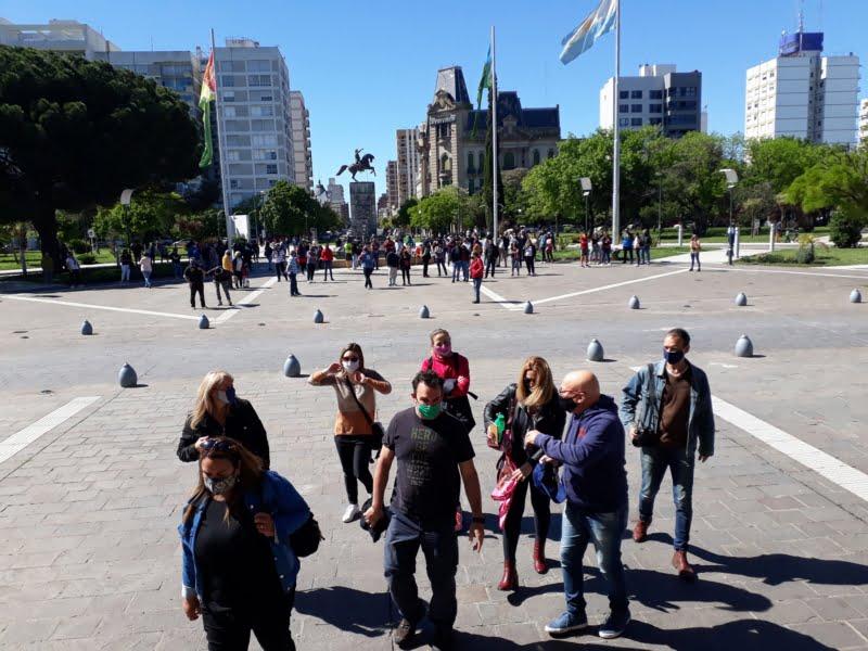 Comerciantes de rubros que tuvieron que cerrar se manifestaron en la plaza San Martín (video)