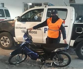 Aprehendieron a un menor que evadió un control policial en una moto sin papeles
