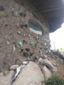 Una tresarroyense construyó ella misma su propia casa de barro