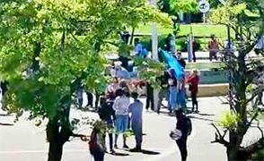 Intentaron llevarse una bandera del mástil de la plaza, pero lo convencieron para devolverla (video)