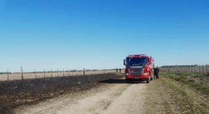 Sofocan incendio de rastrojo en un camino vecinal