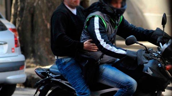 Motochorros le robaron el celular a un joven en Vélez Sarfield y Rocha